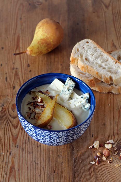 Blumenkohl-Suppe mit Birne, Gorgonzola und Haselnüssen