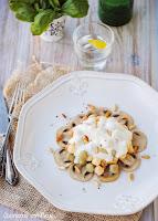 Gnocchi tricolore con salsa gorgonzola y cama de champiñones