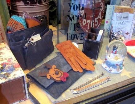 Cartera y guantes piel. Organizador bolsos. Portamandos.