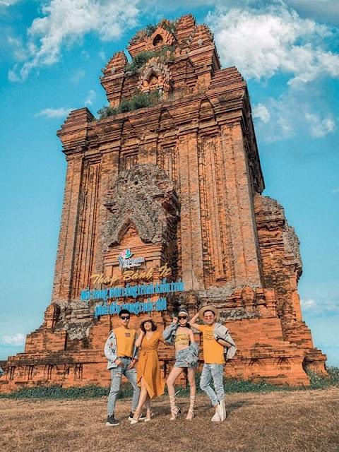 Cụm di tích tháp Bánh Ít (tháp Bạc) nằm trên đồi ở xã Phước Hiệp, huyện Tuy Phước (Bình Định) là một trong những cụm tháp có niên đại sớm (cuối thế kỷ XI, đầu thế kỷ XII). Đây là quần thể nhiều tháp nhất (bốn tháp) trong các di tích kiến trúc Chăm ở Bình Định.
