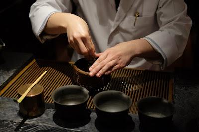 東京の日本茶専門店 櫻井焙茶研究所 抹茶を点てる