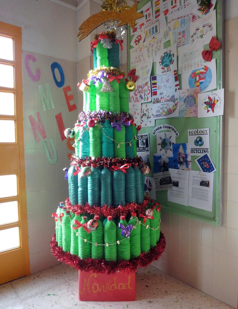 Detallelogia rboles de navidad reciclando corchos for Adornos navidenos hechos con botellas plasticas