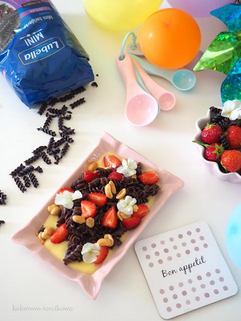 czekoladowy-makaron-z-owocami