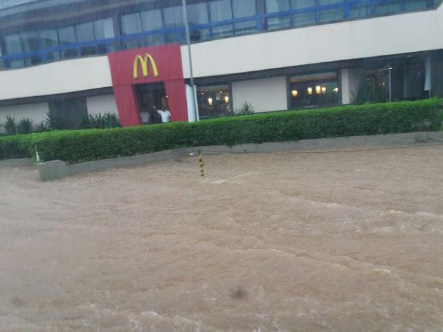 Passar na Rua Oswaldo Cruz só mesmo nadando