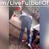 Tifozët e Liverpool duke shtyrë shitësin e birave në një fontanë me ujë ( VIDEO )