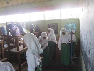 kegiatan bersih-bersih MI Al Raudlah Banjarmasin