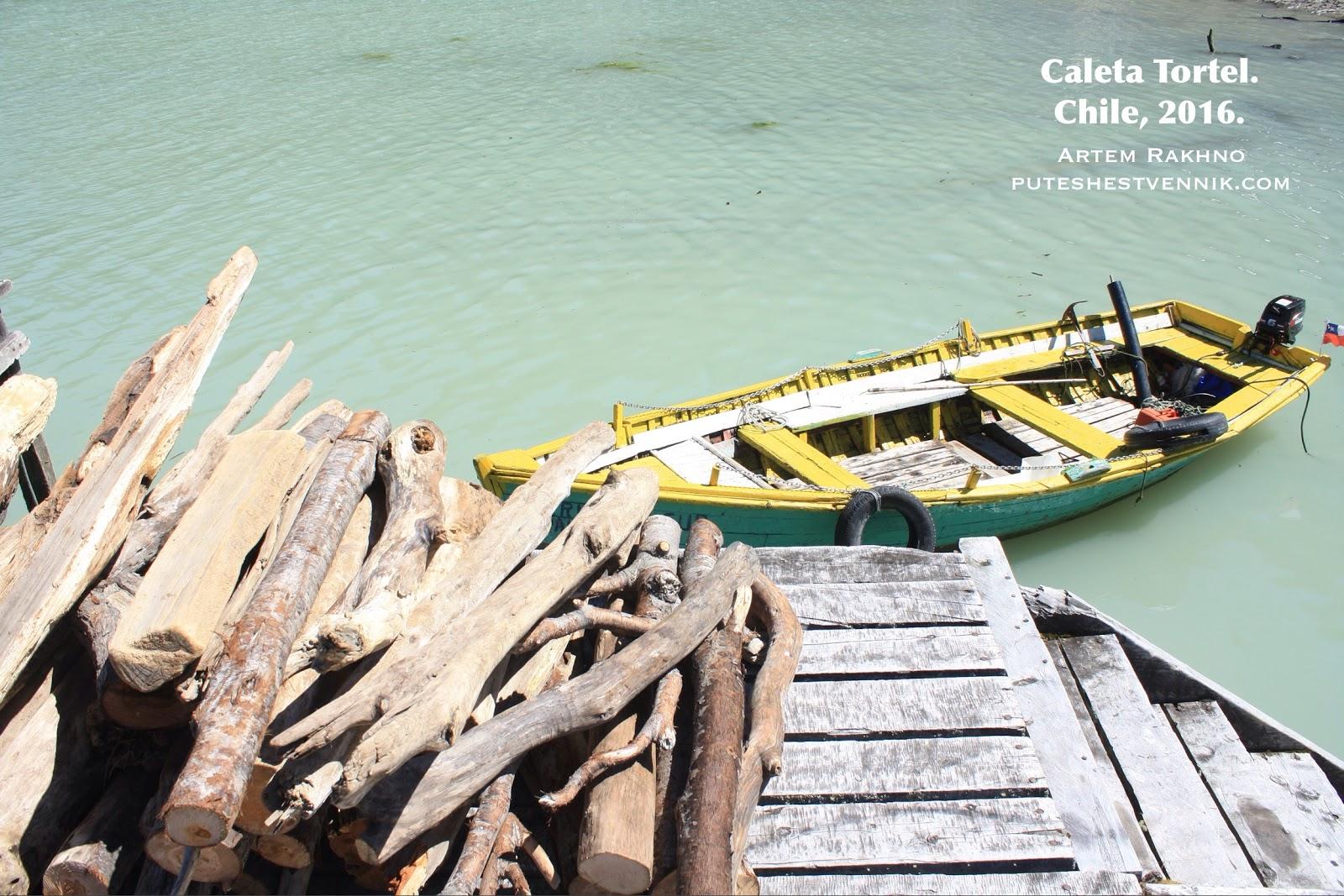 Лодка и дрова в деревне Калета Тортел