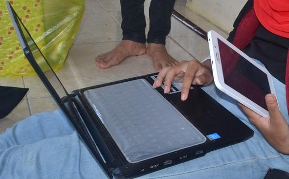 Gadis Laptop dan Tablet