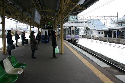 2番線ホームに列に並ぶ乗客