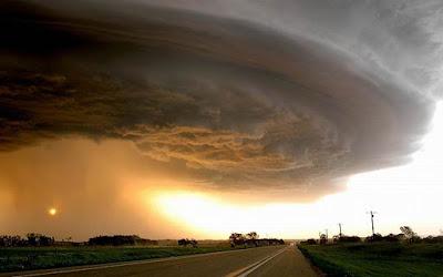 Angin Berhembus Dari Arah Laut atau Gunung Disertai Suara Gemuruh