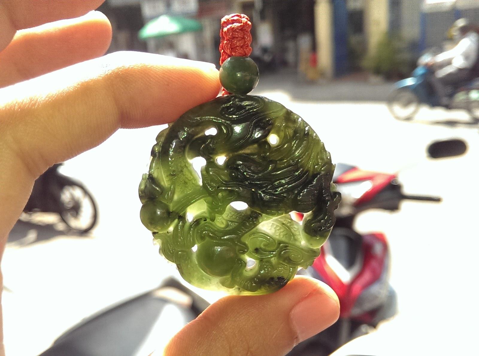 Mặt dây đeo đá Ngọc Bích chạm rồng.
