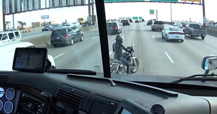 Οδηγός νταλίκας προστατεύει, με έναν υπέροχο τρόπο, αναβάτη μηχανής που «έμεινε» στη μέση του δρόμου! (Βίντεο)