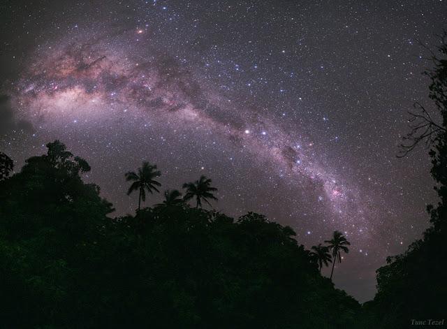 Dải Ngân Hà vắt ngang bầu trời đảo thiên đường Mangaia ở nam Thái Bình Dương. Hình ảnh này được chọn là tác phẩm đẹp nhất ở cuộc thi Nhiếp ảnh thiên văn được tổ chức bởi Bảo tàng Hàng hải Quốc gia Anh Quốc năm 2011. Hình ảnh: Tunc Tezel.