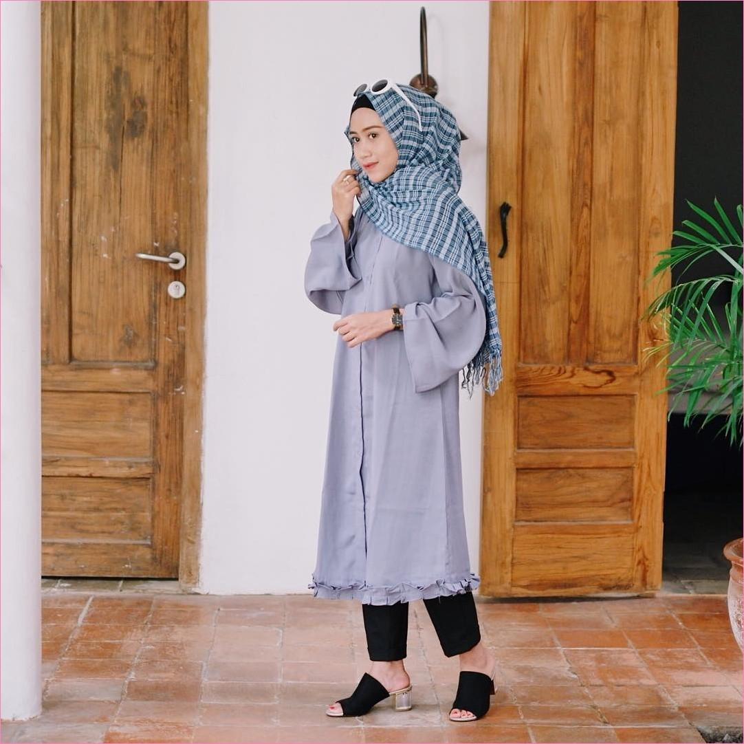 Outfit Baju Tunic Untuk Hijabers Ala Selebgram 2018 baju tunic lengan terompet warna abu celana jeans hitam wedges high heels jam tangan coklat tua hijab pashmina diamond kotak hijau tosca ciput rajut ootd trendy pintu