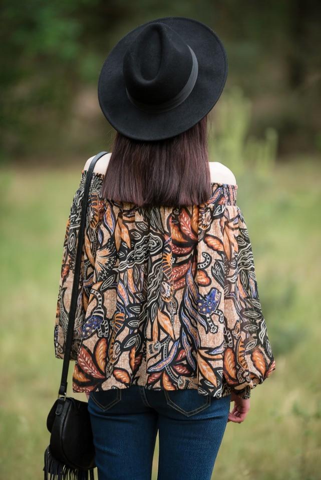 bluzka bez ramion | styl boho | bluzka odsłaniająca ramiona | hiszpański dekolt jak nosić w stylu boho | boho stylizacja z bluzką bez ramion | dżinsy z wysokim stanem | stylizacja z kapeluszem | blogerka modowa | blog modowy