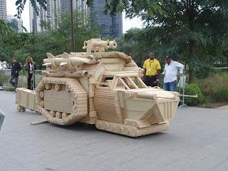 tanque futurista hecho en madera