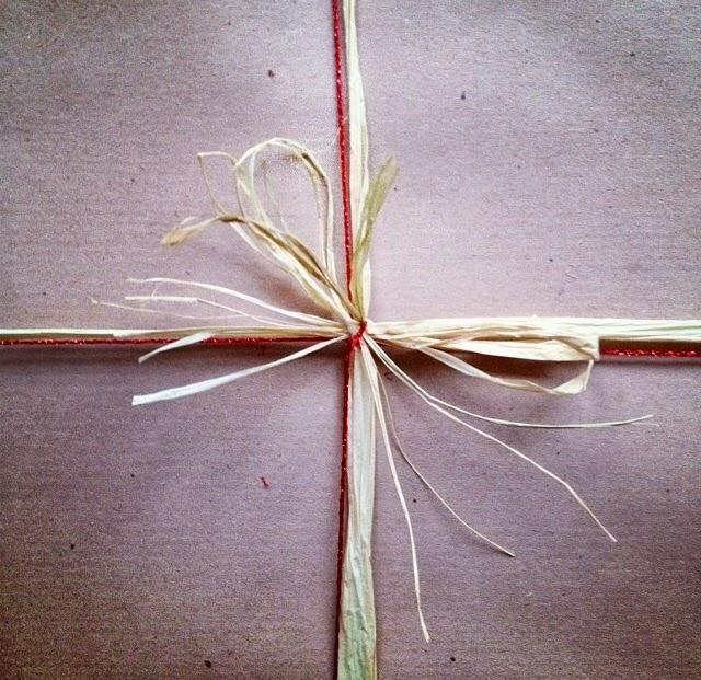 Carta-da-pacco-e-nastro-di-rafia-per-i-regali-sotto-l'albero
