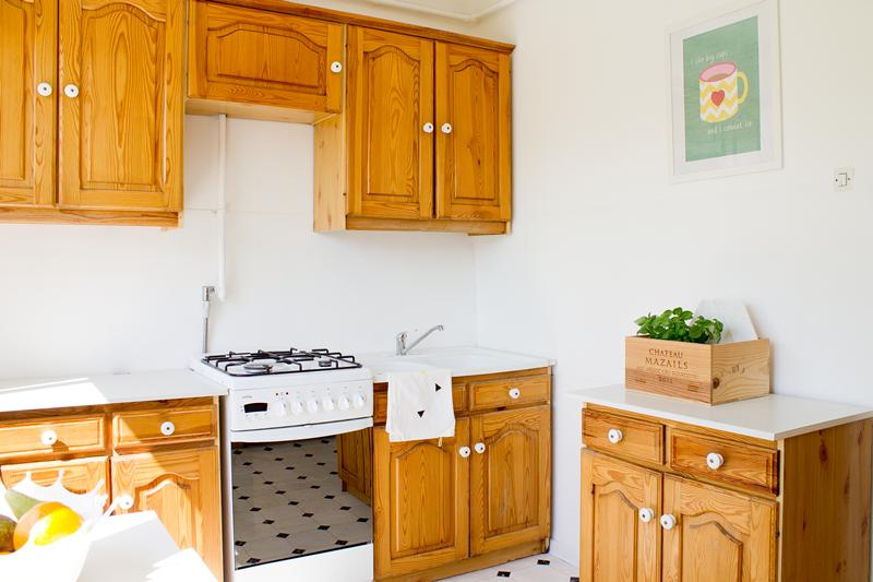 drewniane meble kuchenne, kuchnia, biała podłoga, pcv, wykładzina pcv, francuskie płytki podłogowe, francuski wzór na podłodze, jak odnowić starą kuchnię