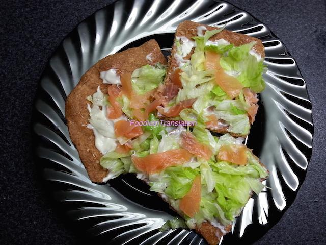 Pizza fredda con salmone, maionese e iceberg