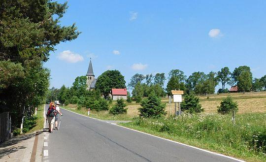 Przed nami kościółek św. Antoniego w Lasówce.