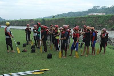 sungai progo,progo rafting, arung jeram, rafting, puri asri,magelang,progo river,briefing,pembekalan,aman,peralatan rafting,dayung,helm,pelampung