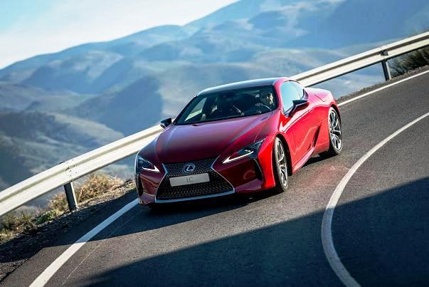 Yeni Lexus LC500 dağ yolarında geziyor