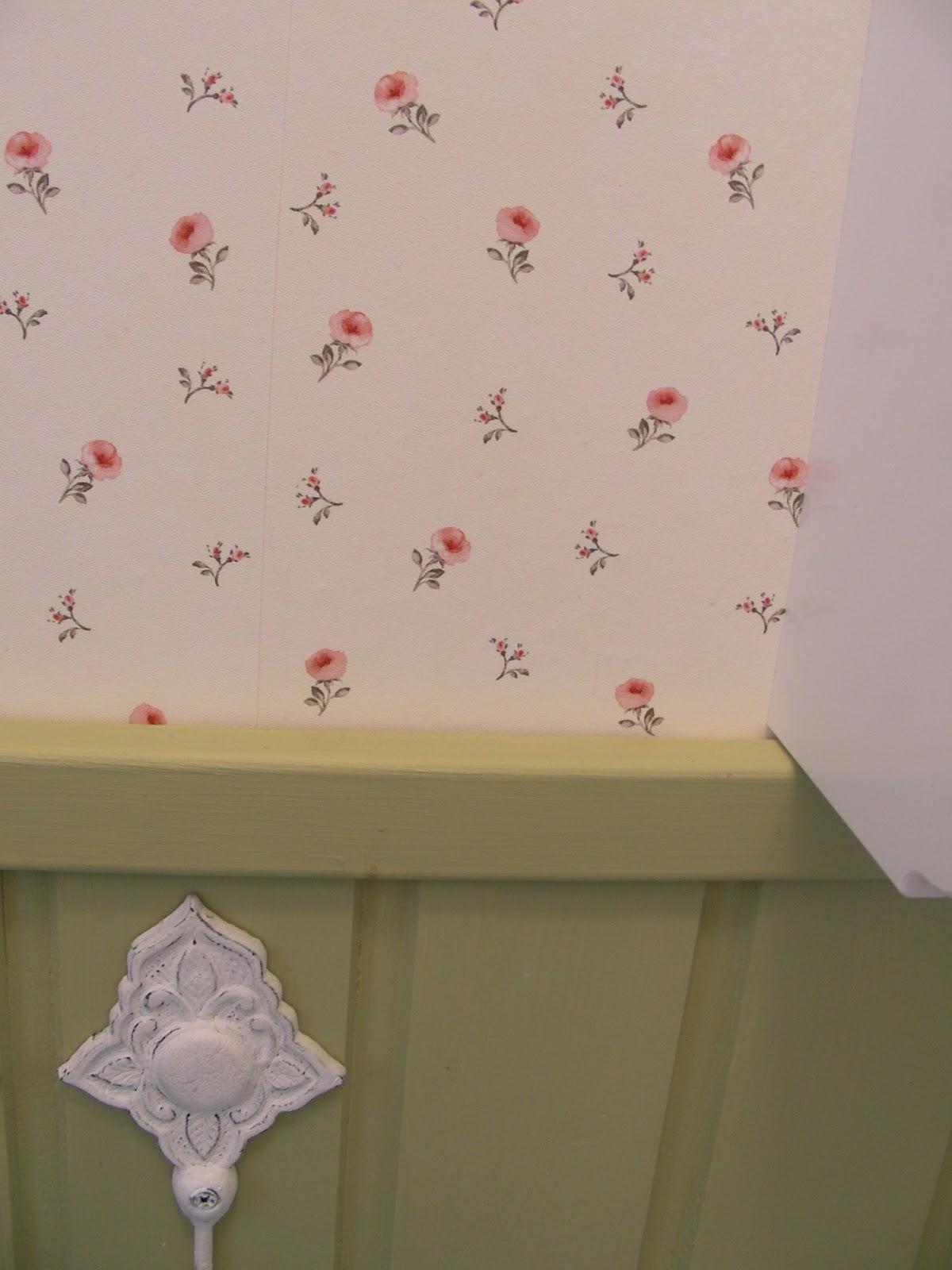 blümchentapete für das badezimmer