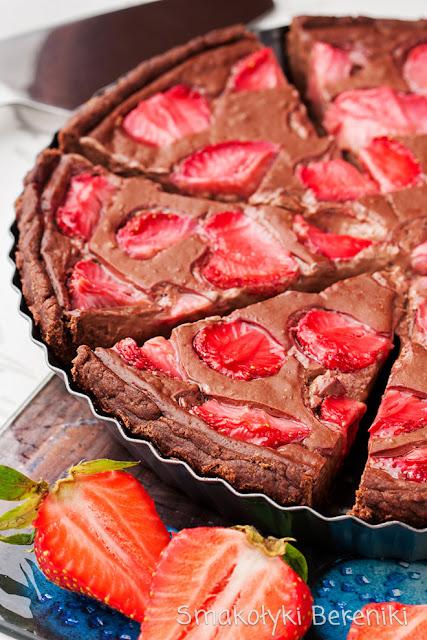 Tarta z czekoladowym budyniem i truskawkami