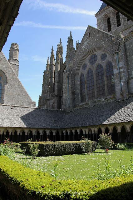 Widok na opactwo Mont Saint-Michel z ogrodu