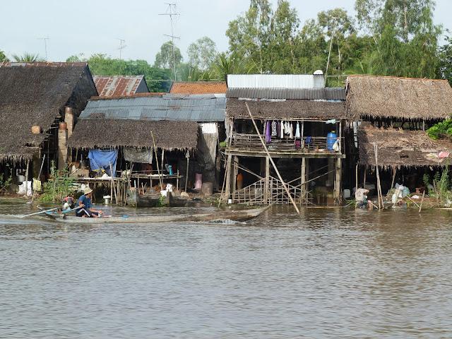 Casas de Pesacadores a orillas del Mekong en Vietnam
