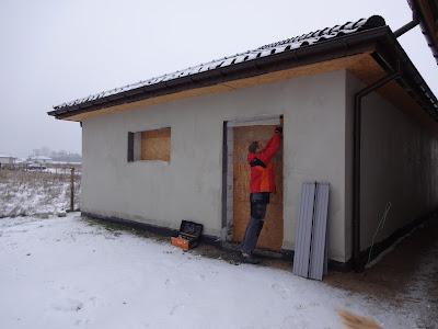 W Ultra Budowa: montaz drzwi i okna w garazu TQ92