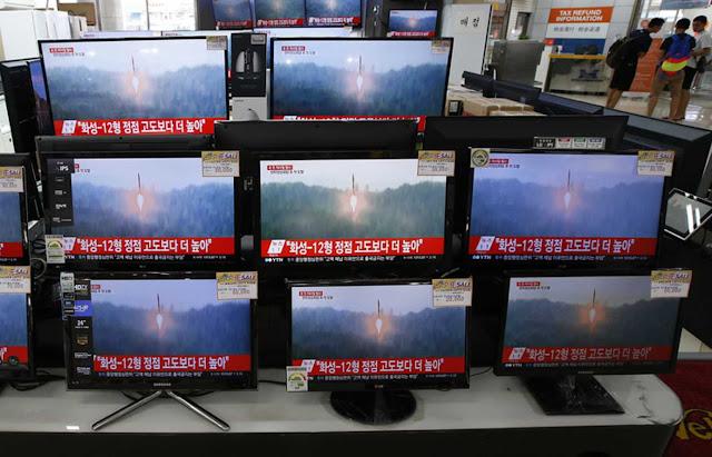 Korea Utara menembakkan rudal balistik melintasi Jepang