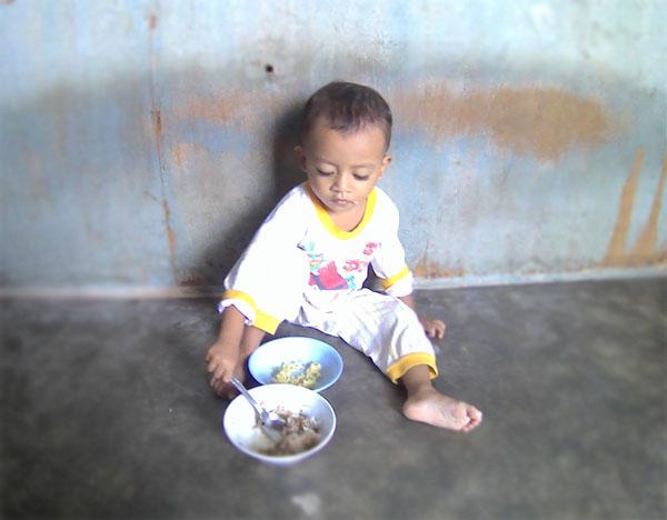 anak kecil makan sendiri