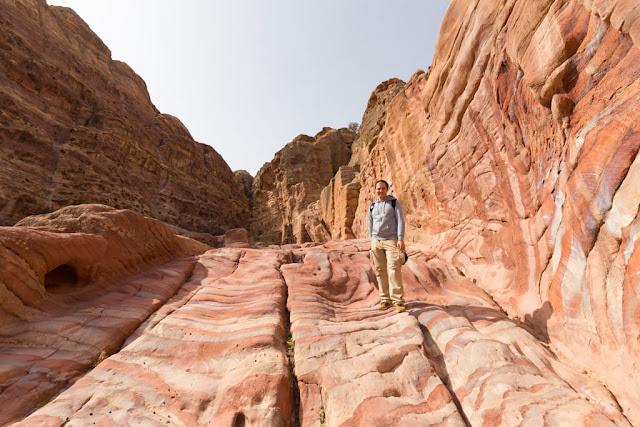 Escaleras desgastadas, suelo de arenisca, en la ruta al mirador superior del Tesoro de Petra, Jordania