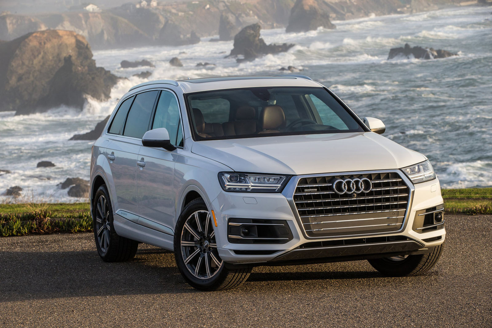 audi recalls over 14 000 new q7 crossovers over airbag. Black Bedroom Furniture Sets. Home Design Ideas