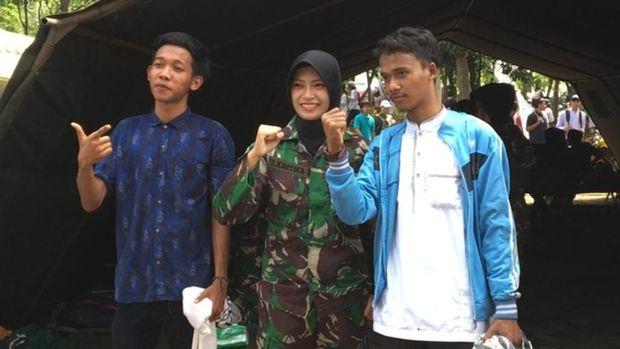 Tentara Cantik Layani Peserta Reuni 212 Selfie, Video Tentara Bagi-bagi Makanan Beredar