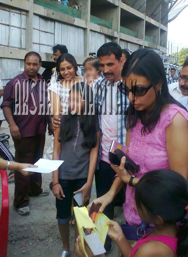 Akshay Kumar Italy: UNSEEN PHOTO: Akshay Kumar with fans ...
