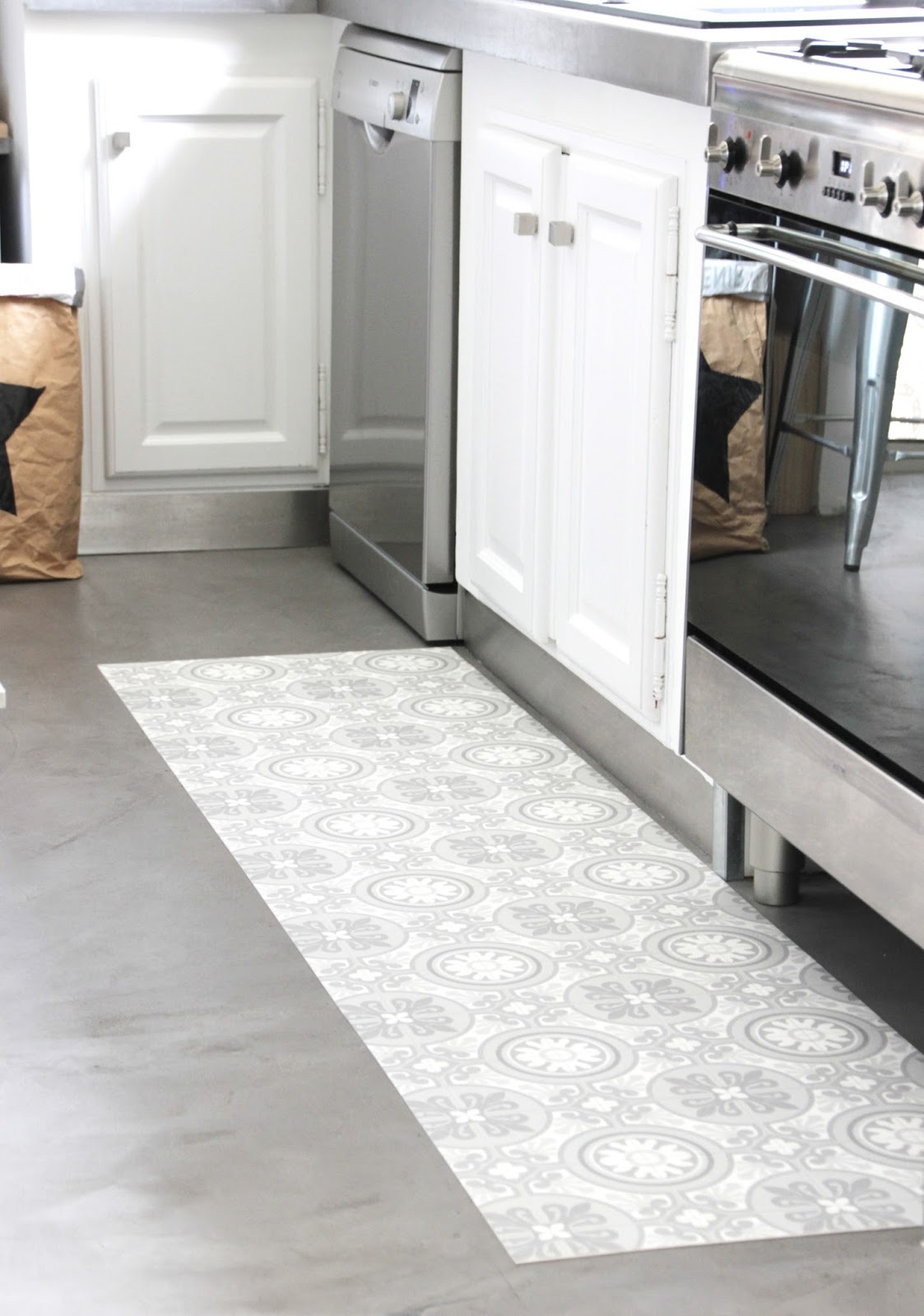 Regardsetmaisons mon tapis vinyle carreaux de ciment diy for Tapis de cuisine gris design