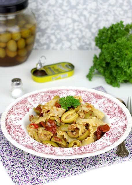makaron z suszonymi pomidorami i oliwkami, danie z makaronu, szybkie danie z makaronu,