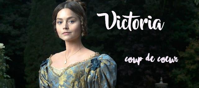 Ceci est une photo de la reine Victoria joué par Jenna Coleman