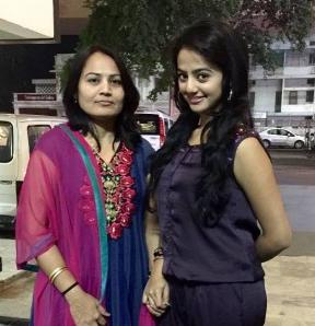 Foto Helly Shah dengan ibunya