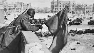 Foto simbolo della vittoria: la bandiera rossa torna a Stalingrado, ma la città è in macerie.