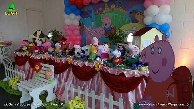 Mesa decorada Peppa Pig para aniversário