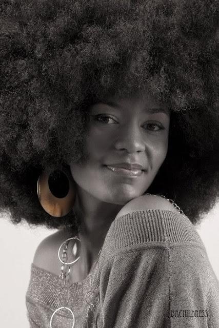 modelo con cabello afro