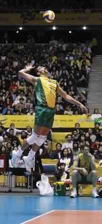 Saque con salto en el voleibol para hombres
