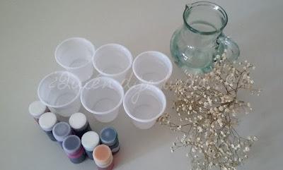 Vasos, agua y tintes para preparar la paniculata