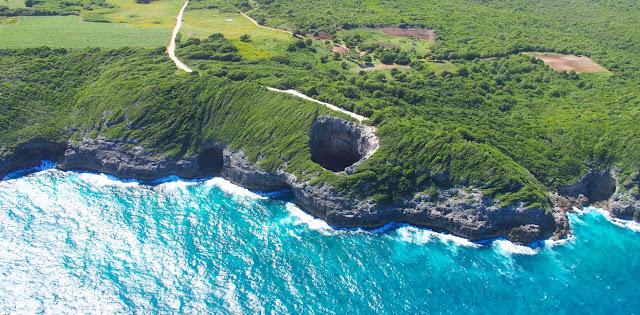 Gueule grand gouffre vue du ciel à Marie Galante - Archipel de Guadeloupe