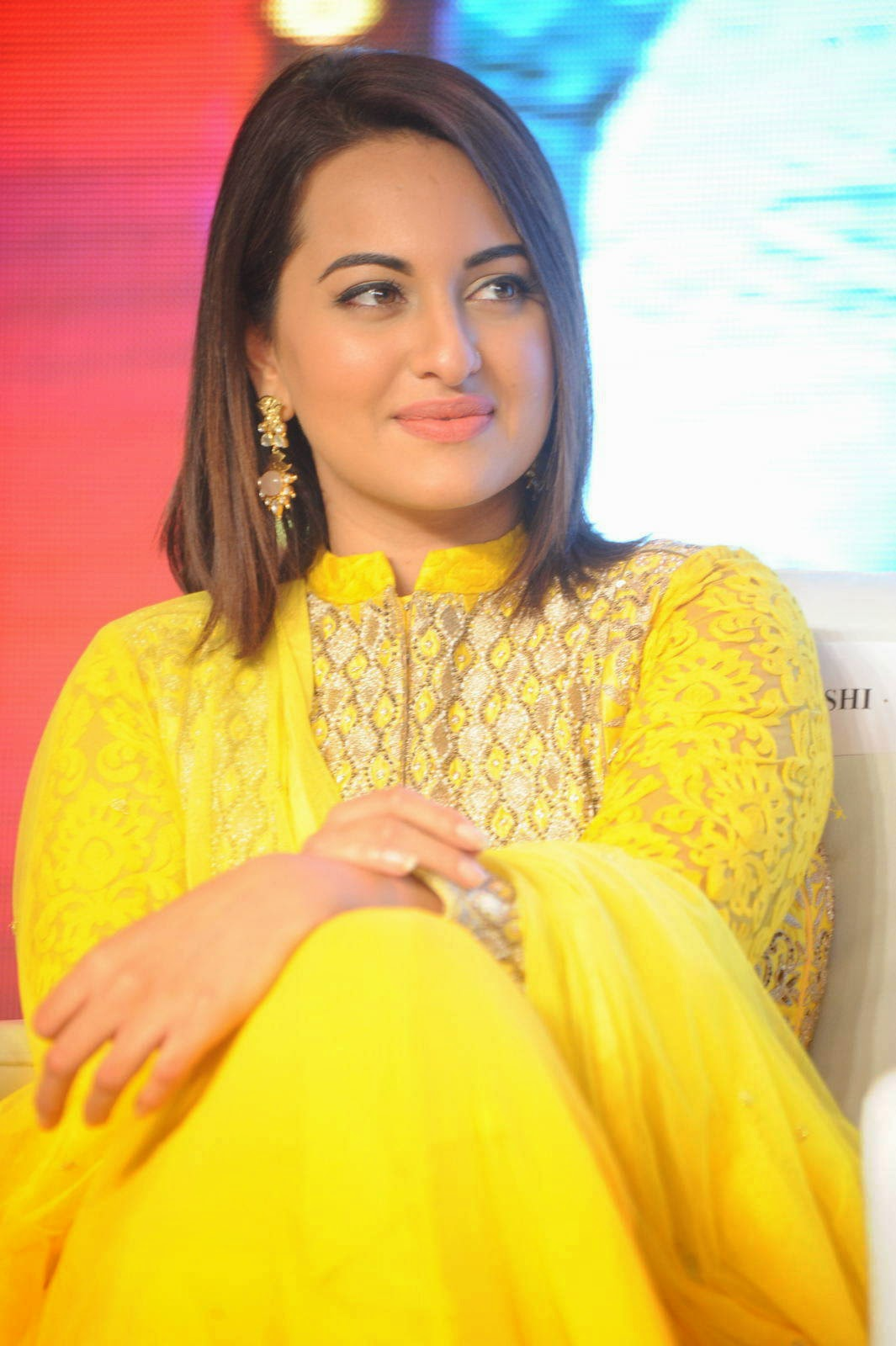 Sonakshi Sinha Stills, Sonakshi Sinha Yellow Suit Pics from Lingaa Movie Event