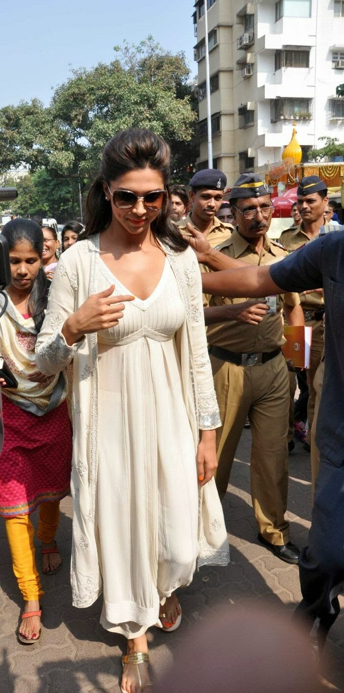 Deepika padukone photos at siddhivinayak temple visit in mumbai