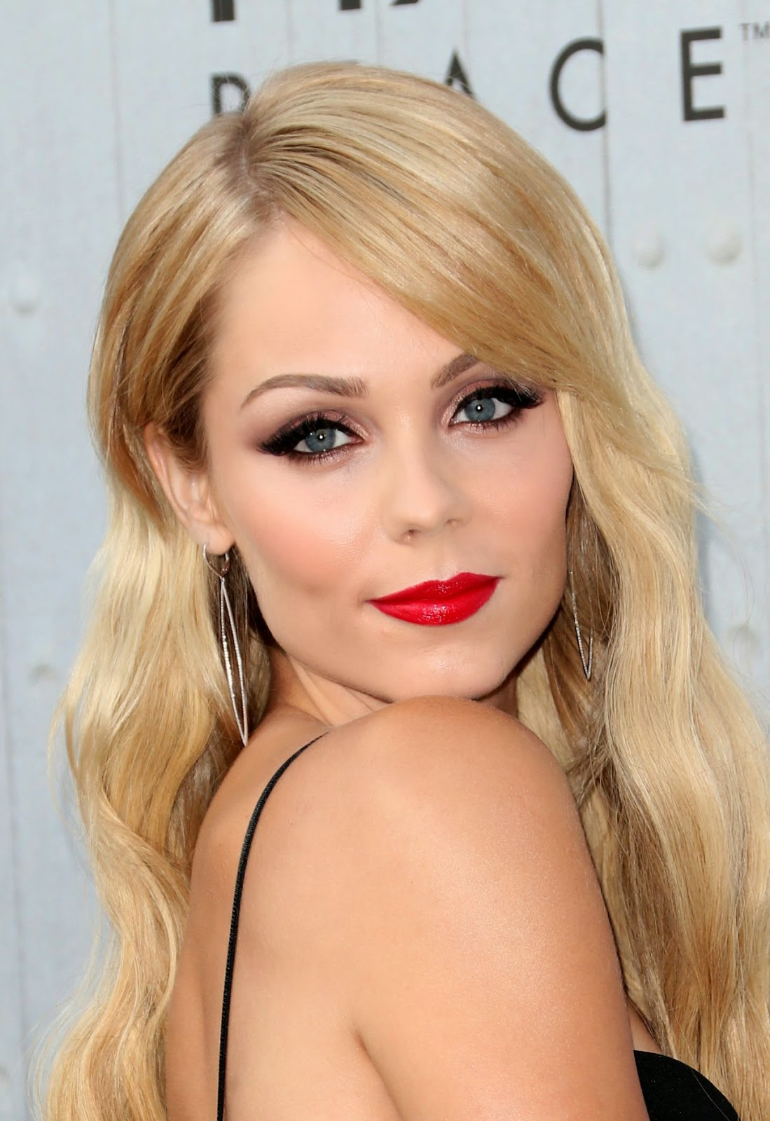Laura Vandervoort Dresses Up In A Sultry Look For The 2014